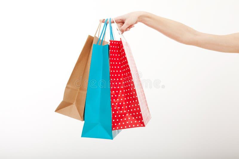 Concept de vente de boutique La main femelle tient des paniers sur le fond blanc Copiez l'espace et raillez  photo stock