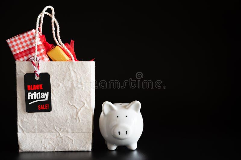 Concept de vente d'achats avec l'étiquette rouge de vente de Black Friday de billet image stock