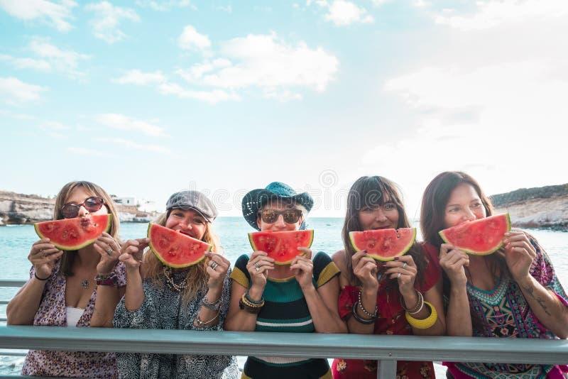 Concept de vie estivale avec groupe de personnes branchées joyeuses joyeuses femmes jouissant d'activités de loisirs en plein air image libre de droits