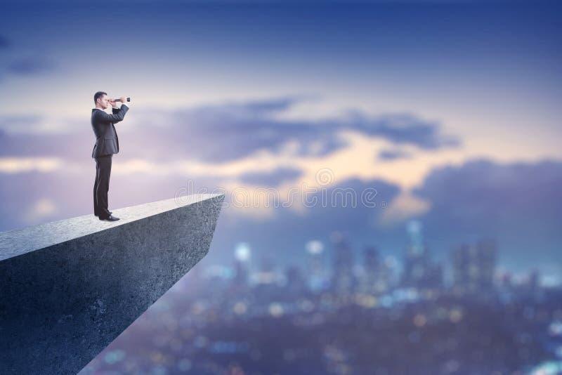 Concept de vision d'affaires avec l'homme d'affaires sur la falaise image libre de droits