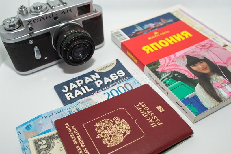Concept de voyage autour du Japon avec la caméra et le guide de photo de cru sur le fond blanc photographie stock