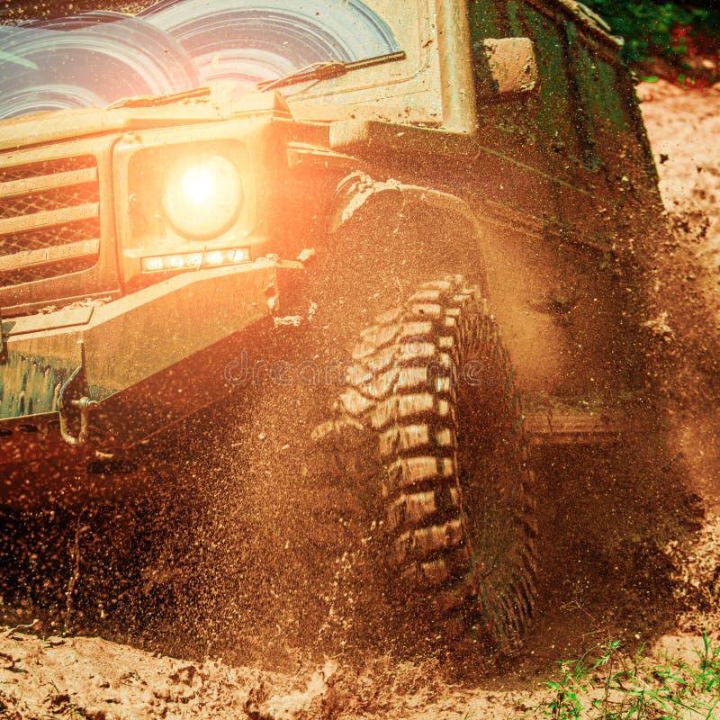 Concept de voyage avec la grande voiture 4x4 ?claboussure de boue et d'eau dans l'emballage tous terrains Concept de mouvement et photo libre de droits