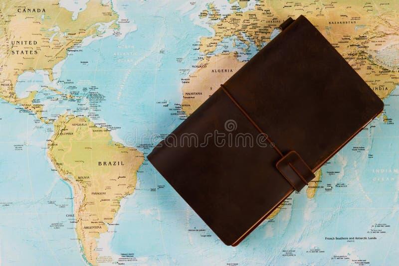 Concept de voyage avec le carnet sur le fond de carte du monde photos libres de droits