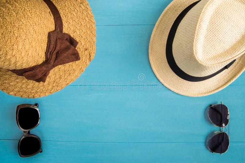 Concept de voyage : Configuration plate des hommes et chapeaux de paille et sungla de femmes images stock