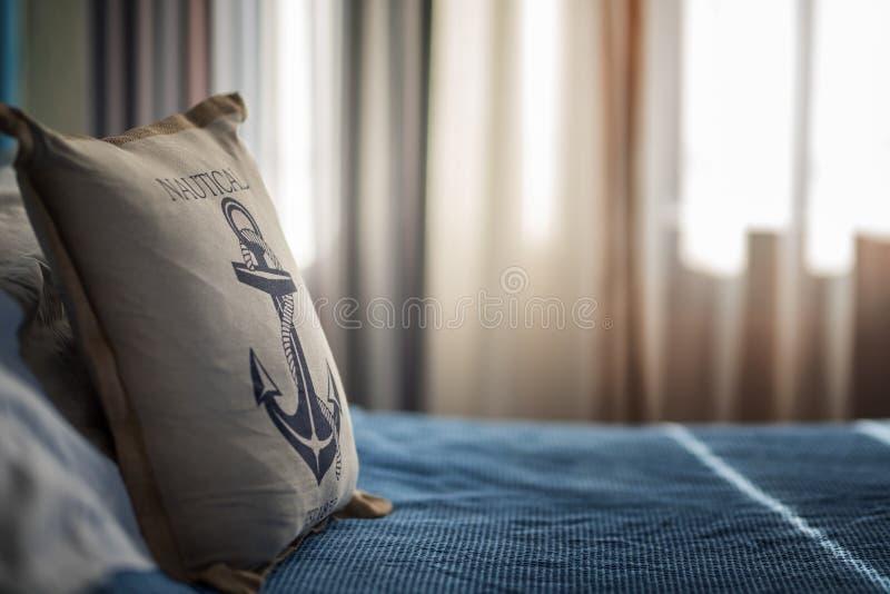 Concept de voyage d'été de vacances - petit oreiller de jouet avec l'ancre photo libre de droits