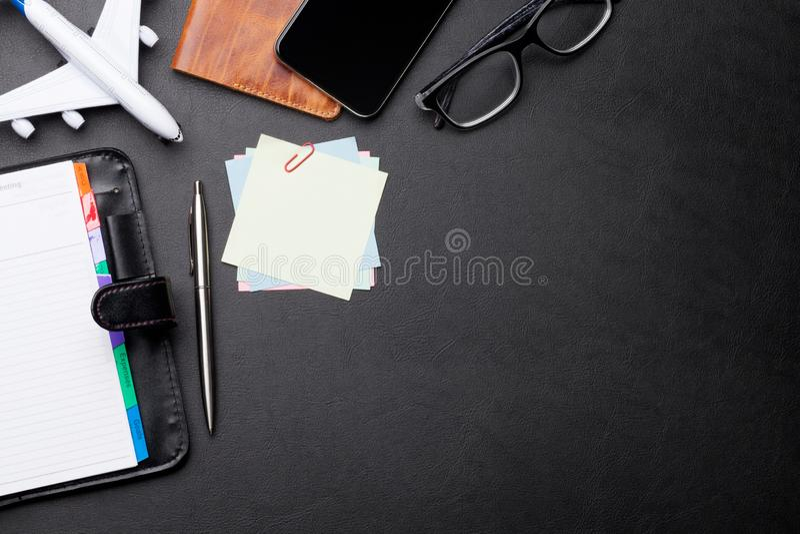 Concept de voyage d'affaires Accessoires sur la table de bureau images stock