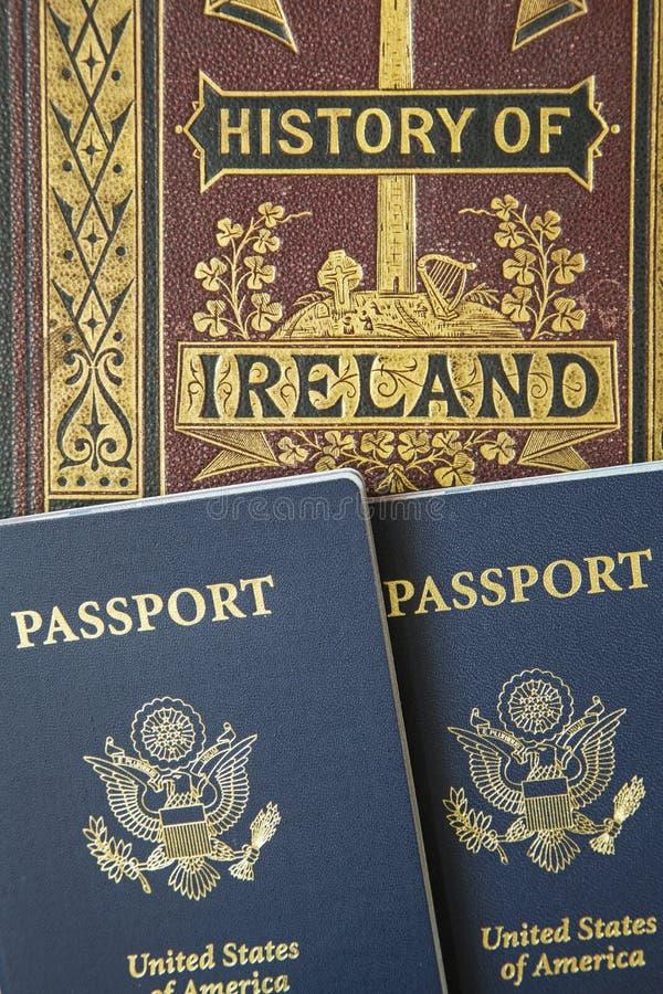 Concept de voyage de livre d'histoire antique de passeports images libres de droits
