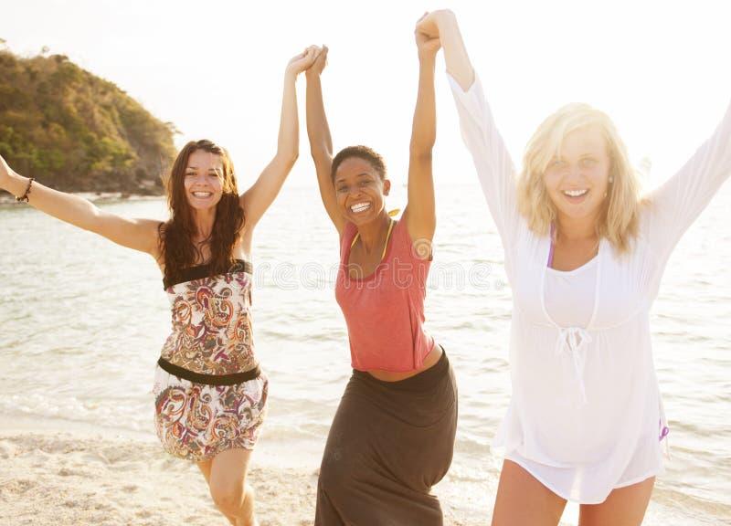 Concept de voyage de lumière du soleil d'été de plage de femme photographie stock libre de droits