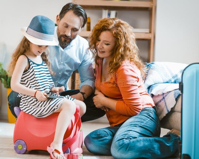 Concept de voyage en famille, parents et petite fille quittant la maison pour partir en vacances photographie stock