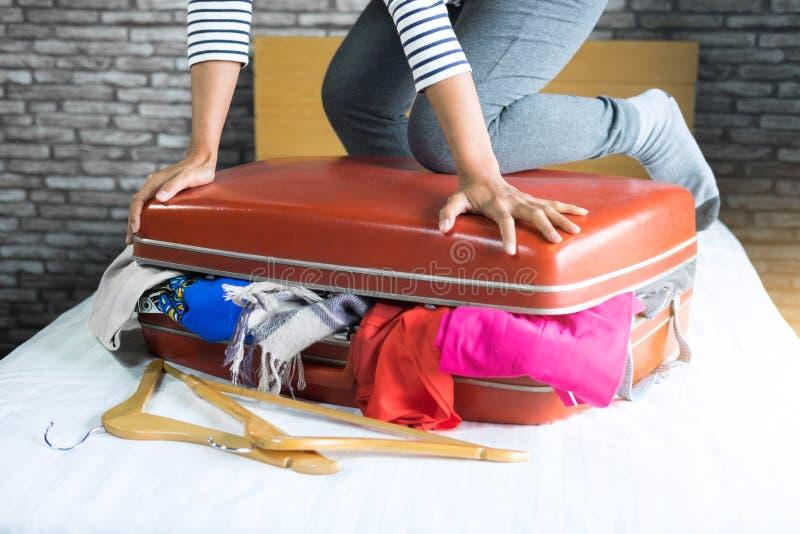 Concept de voyage et de vacances, jeune femme de bonheur emballant beaucoup images libres de droits