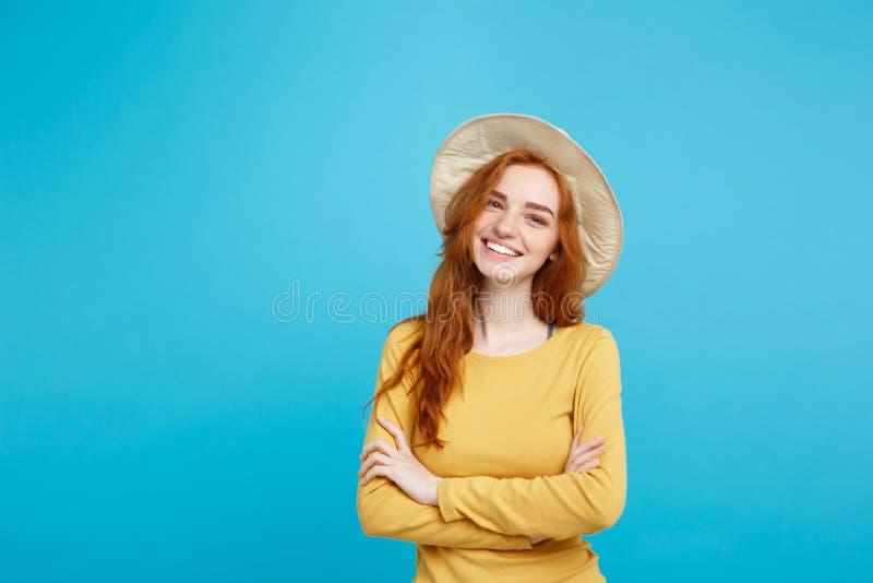 Concept de voyage - fermez-vous vers le haut de la fille rouge de cheveux de jeune beau gingembre attrayant de portrait avec le c images stock