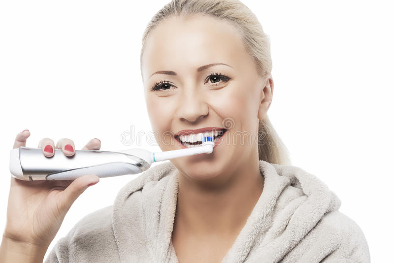 Concept dentaire d'hygiène : Femme caucasienne se brossant les dents avec M images stock