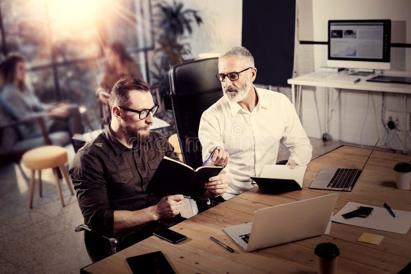 Concept des gens d'affaires faisant un brainstorm le processus Homme adulte barbu faisant des notes dans le carnet Travail d'équi photos libres de droits