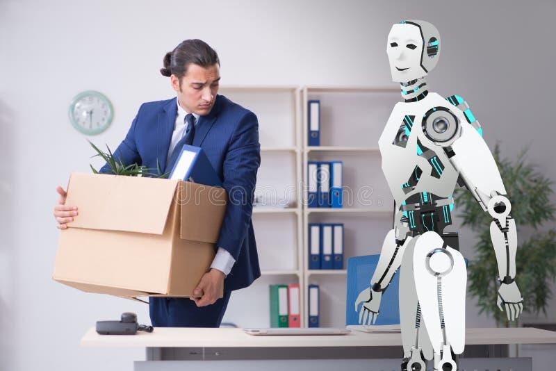 Concept des robots remplaçant des humains dans les bureaux images stock