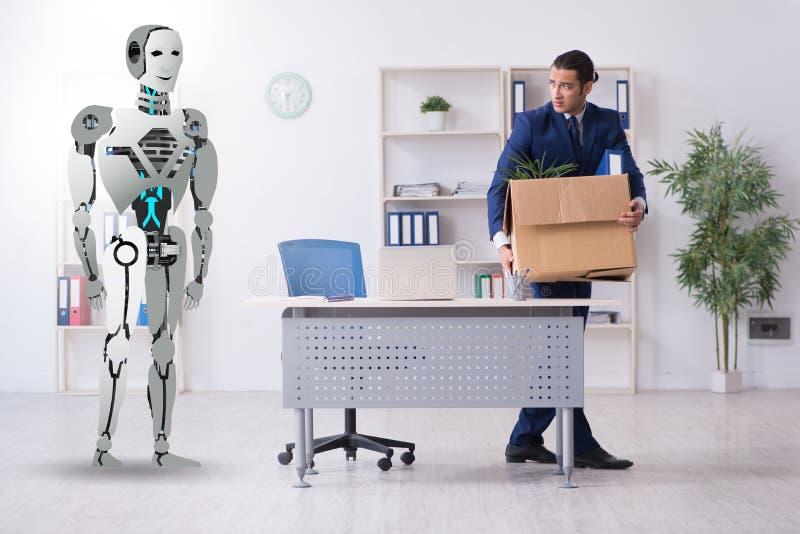 Concept des robots remplaçant des humains dans les bureaux image libre de droits