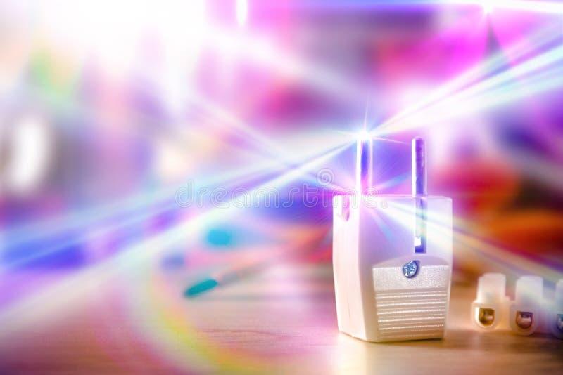 Concept des travaux de l'électricité avec la prise et les flashes de la lumière images stock