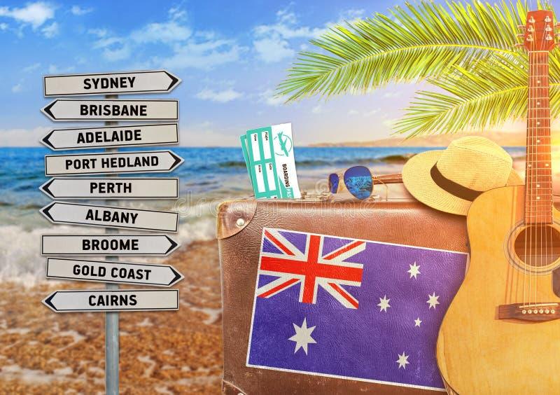 Concept die de zomer met oude koffer en Australië reizen stock afbeeldingen