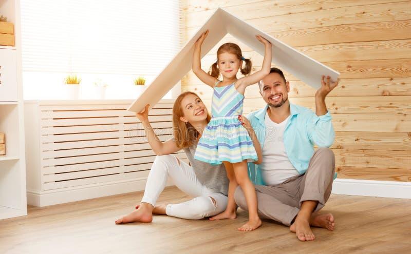 Concept die jonge familie huisvesten Moedervader en kind in nieuw h royalty-vrije stock foto's