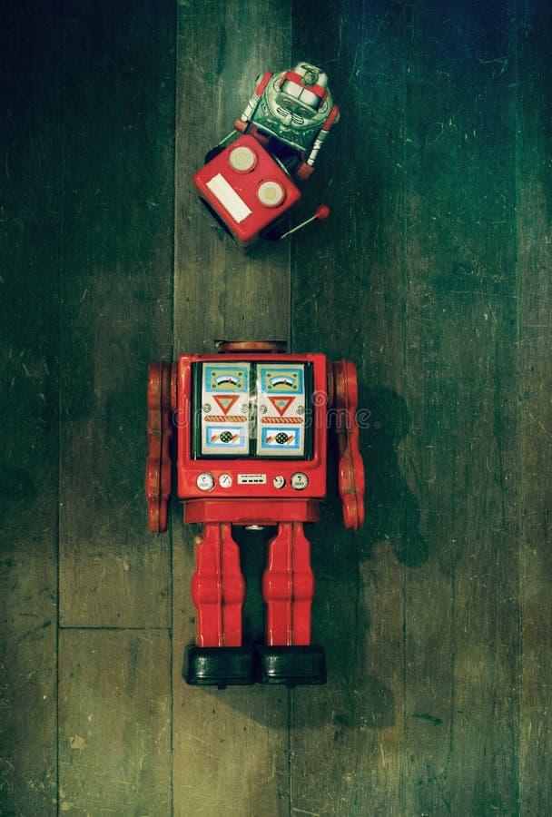 Concept die uw hoofd met het speelgoed van de rteorobot op oud bevestigen stock fotografie