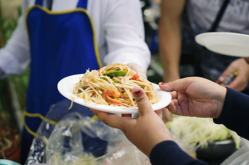 Concept die vrij voedsel dienen aan de armen: Vrij voedsel, die resten gebruiken om hongerig te voeden: Voedselconcept hoop: Voed stock afbeeldingen