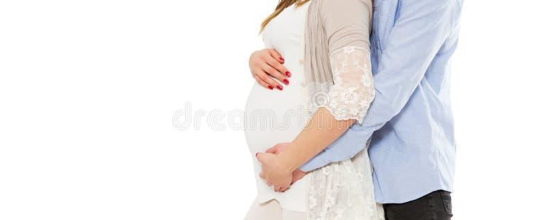 Concept die zwangerschap, een baby, liefde, zorg verwachten - bebouwd beeld van jonge zwangere vrouw en haar echtgenoot stock afbeeldingen