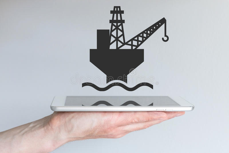 Concept digitale en mobiele olie en gaszaken Hand die moderne slimme telefoon houdt stock afbeeldingen