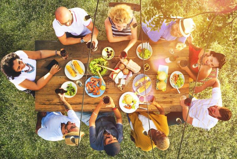 Concept dinant extérieur de personnes d'amitié d'amis