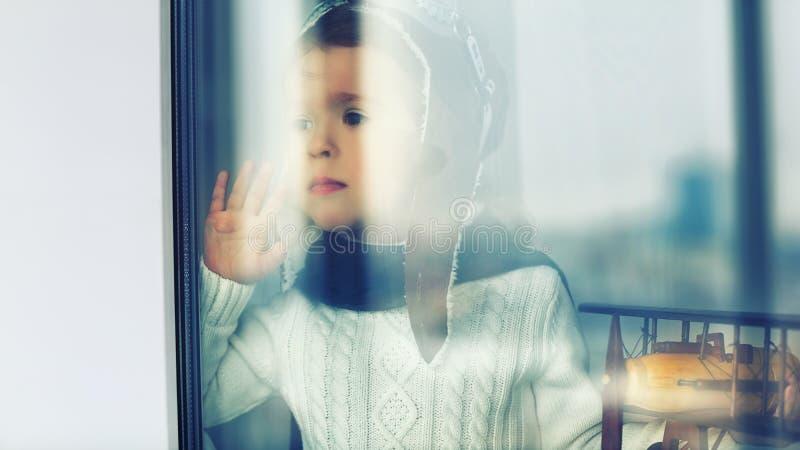 Concept dromen en reizen droevig kind in helm van de loods royalty-vrije stock afbeelding