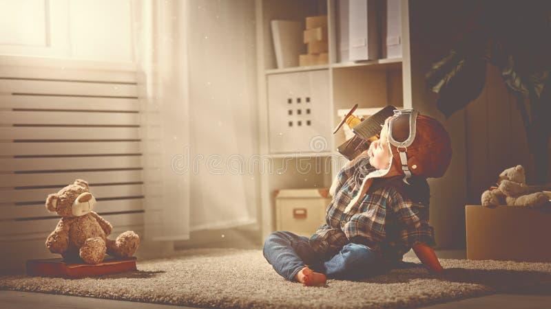 Concept dromen en reizen proefvliegenierskind met een stuk speelgoed a stock fotografie