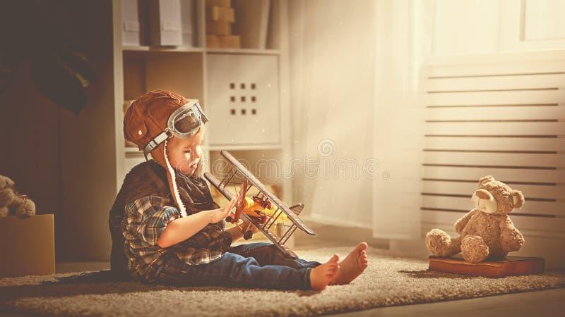 Concept dromen en reizen proefvliegenierskind met een stuk speelgoed a royalty-vrije stock fotografie