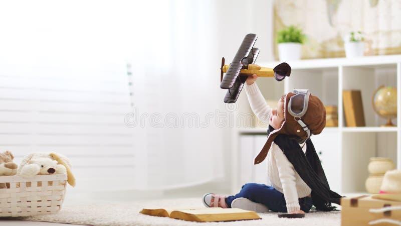 Concept dromen en reizen proefvliegenierskind met een stuk speelgoed a royalty-vrije stock afbeelding