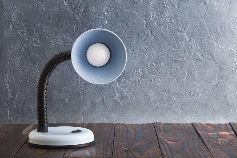 Concept du confort à la maison Lampe bleue sur le mur un fond images libres de droits