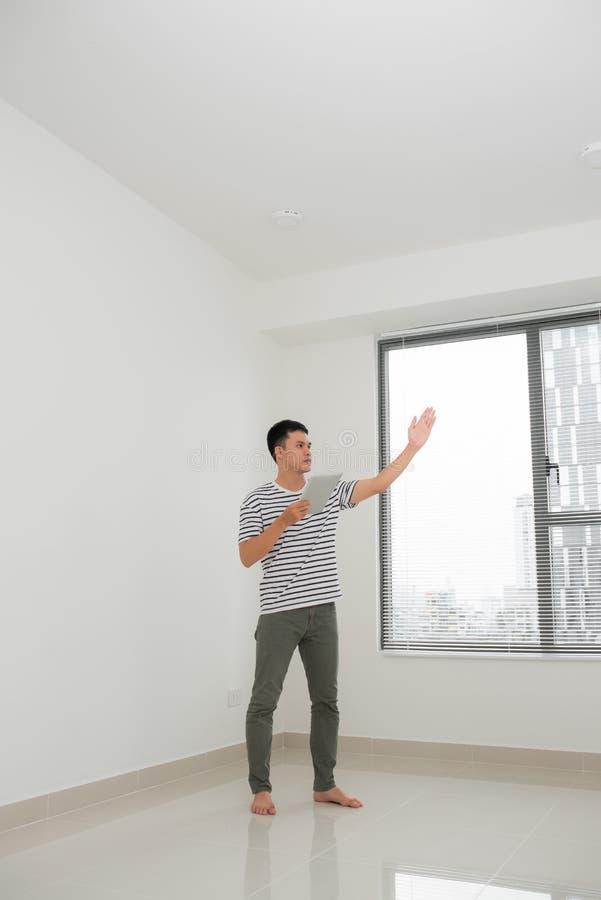 Concept du d?placement, maison de achat plans de jeune homme à réparer et un appartement de projet image libre de droits