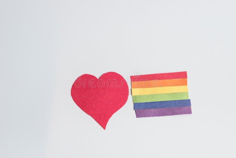 Concept du drapeau LGBT d'arc-en-ciel de coeur et de bande de papier - image images stock