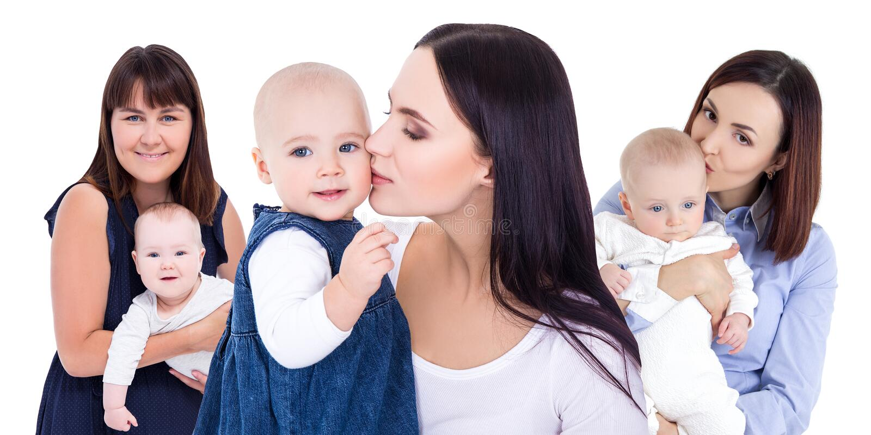 Concept du jour de mères - jeunes mères heureuses avec de petits enfants d'isolement sur le blanc images stock