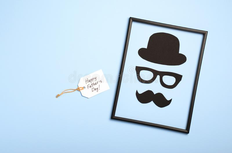 Concept du jour de père, silhouette masculine, homme intelligent sur le fond bleu-clair photographie stock libre de droits