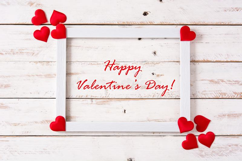 Concept du jour de valentine de maquette Cadre blanc décoré des coeurs et du jour de valentine heureux d'expression photo stock