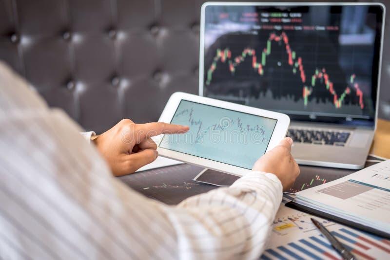 Concept du marché de bourse des valeurs, commerce d'investisseur d'affaires ou courtiers courants ayant une planification et l'an photos libres de droits