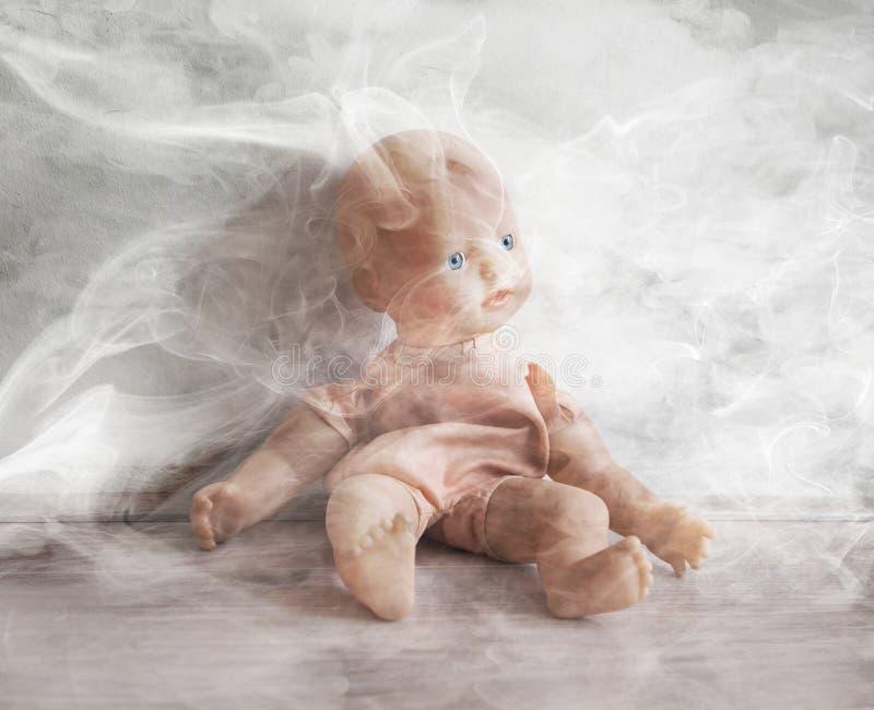 Concept du mauvais traitement à enfant - fumant dans la proximité des enfants images stock