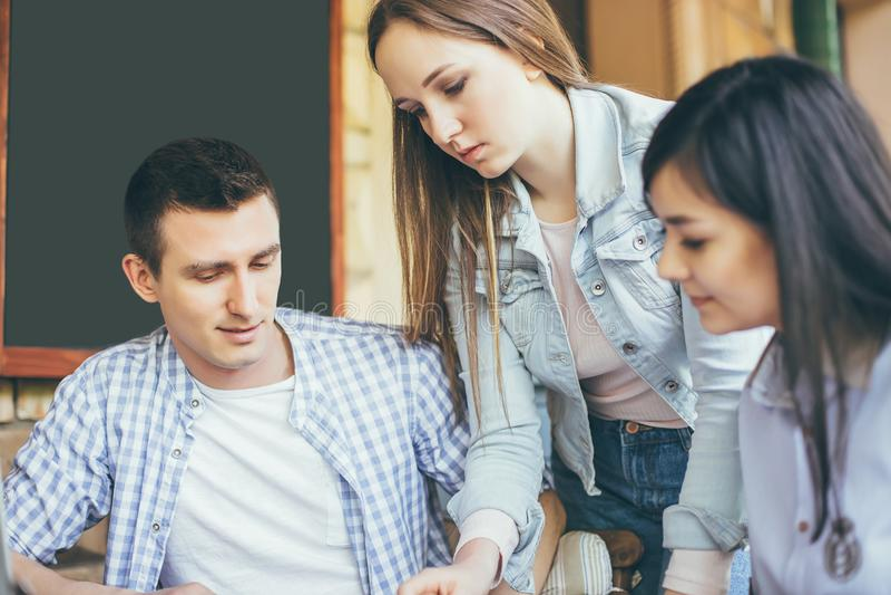 Concept du nouveau projet d'affaires de présentation Groupe de jeunes collègues discutant des idées les uns avec les autres dans  photos libres de droits