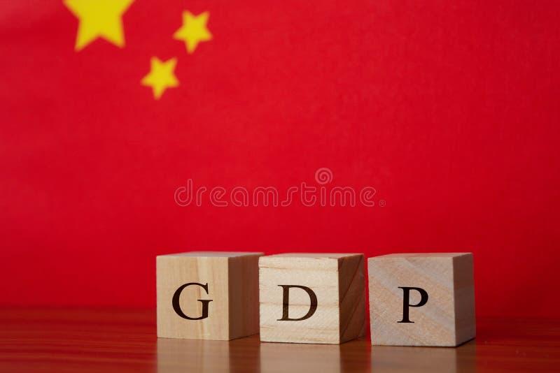 Concept du produit intérieur brut ou du PIB de l'Allemagne, PIB dans le caractère gras en bois sur le drapeau allemand photo stock