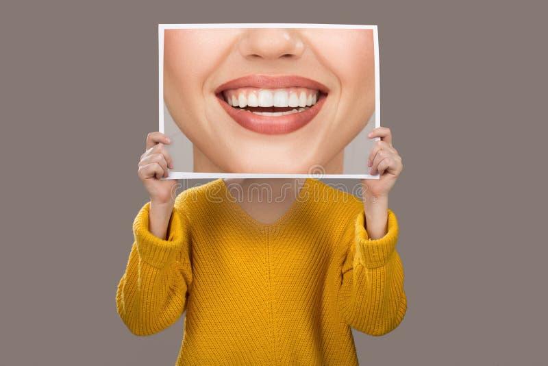 Concept emoties Een vrouw met charmante mooie tanden tandheelkunde stock afbeeldingen