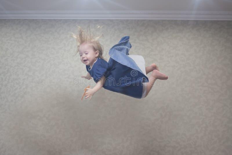 Concept en baisse une petite fille parle sur le plafond photos libres de droits