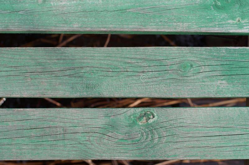 Concept en bois de l'eau de nature de conseil - panneaux en bois verts au-dessus de l'eau photos libres de droits