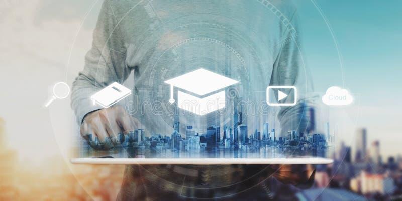 Concept en ligne d'éducation, d'apprentissage en ligne et d'eBook un homme à l'aide du comprimé numérique pour l'éducation, avec  photos stock