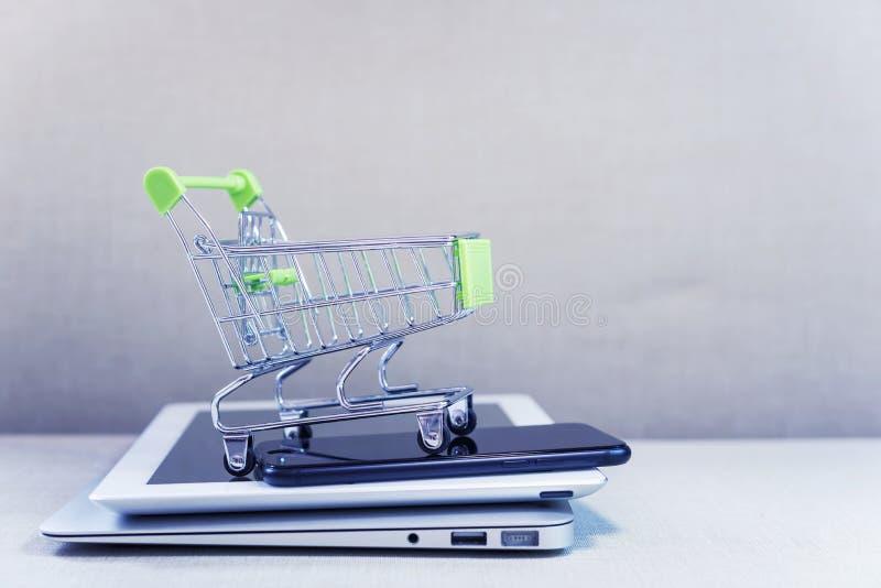 Concept en ligne en ligne d'affaires et de commerce électronique ou d'achat Shopp photo stock