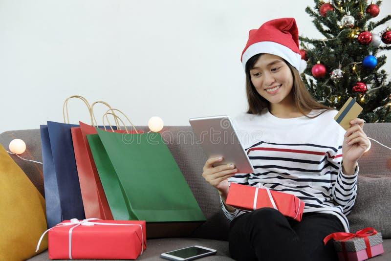 Concept en ligne de achat Jeune femme tenant le comprimé numérique et photos stock