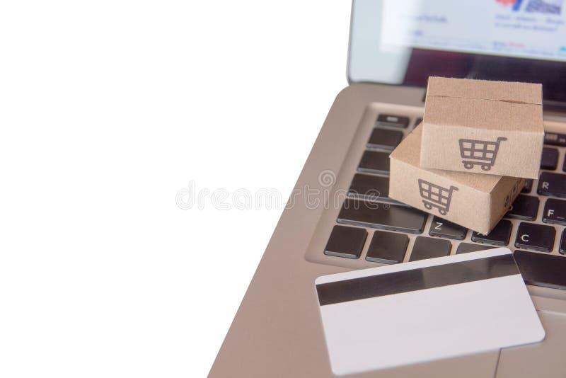 Concept en ligne de achat - service d'achats sur le Web en ligne avec le paiement par la carte de crédit et la livraison à domici image stock