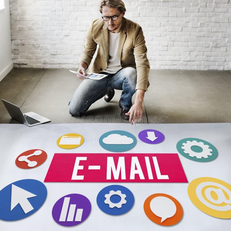 Concept en ligne de Digital de communication de correspondance d'email photos libres de droits