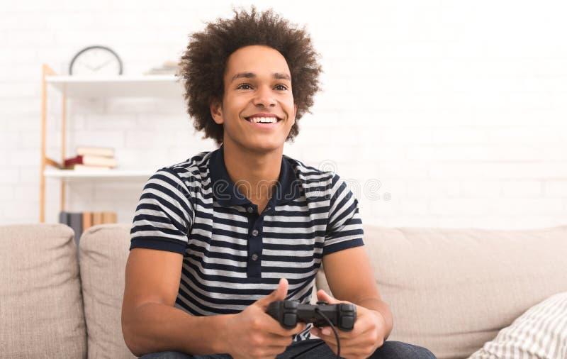 Concept en ligne de jeu Type jouant le jeu vidéo du football avec la manette photos libres de droits